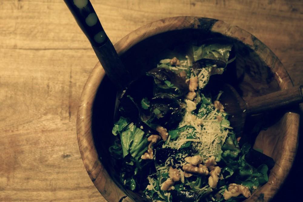 Salat mit Walnüssen und Parmesan
