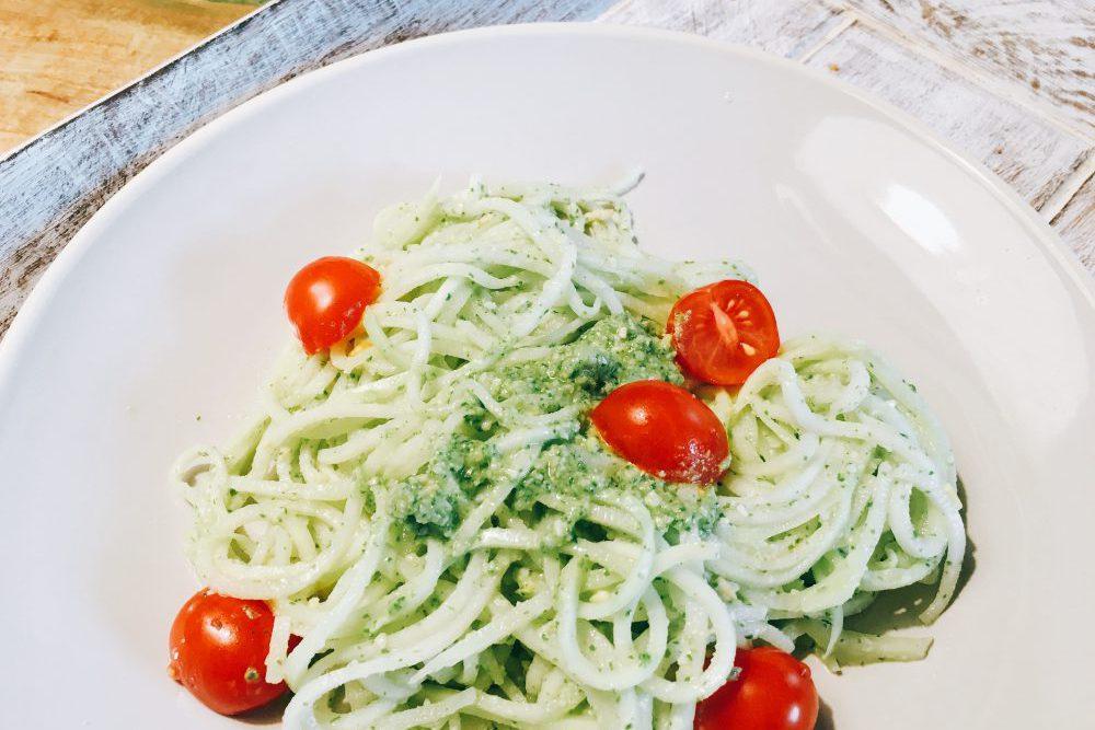Spaghetti aus Kohlrabi mit Pesto