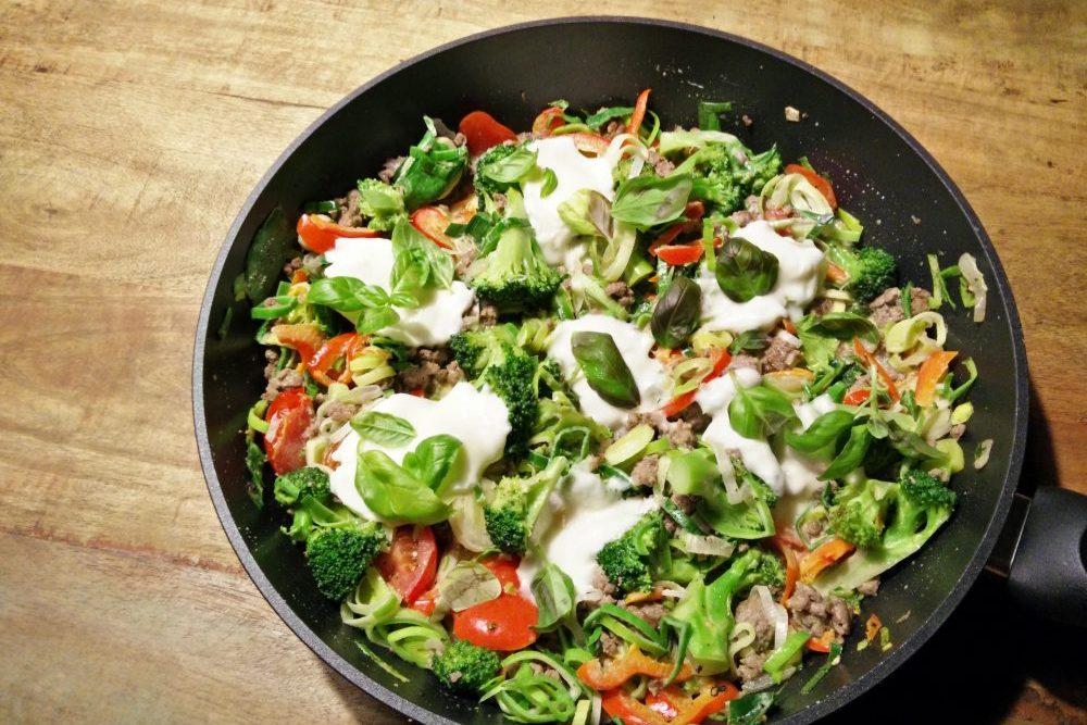Bunte Gemüse-Hack-Pfanne mit Mozzarella