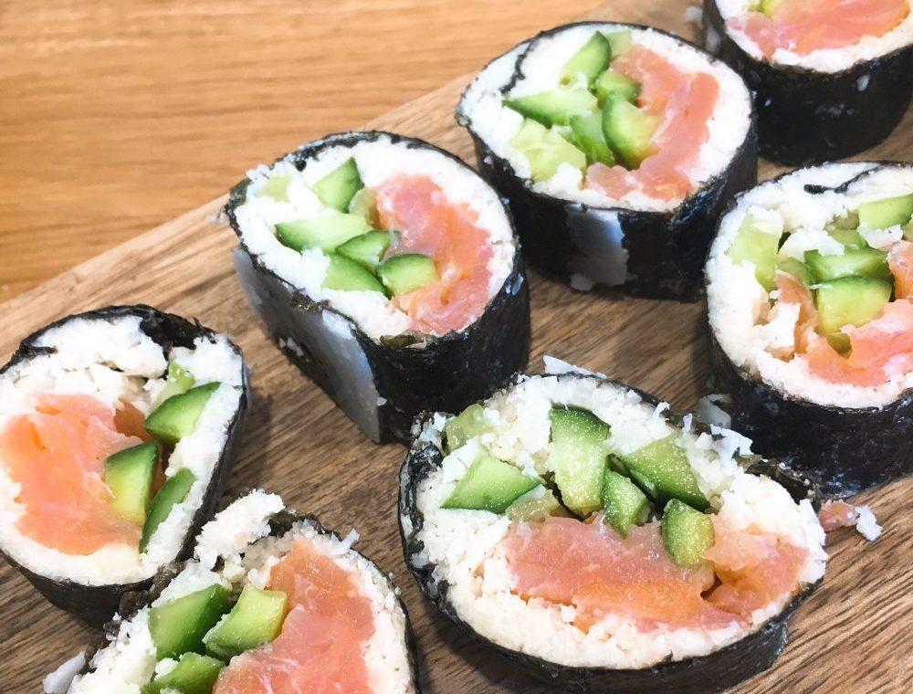 Tolles einfaches Rezept für Sushi mit Lachs und Blumenkohlreis.